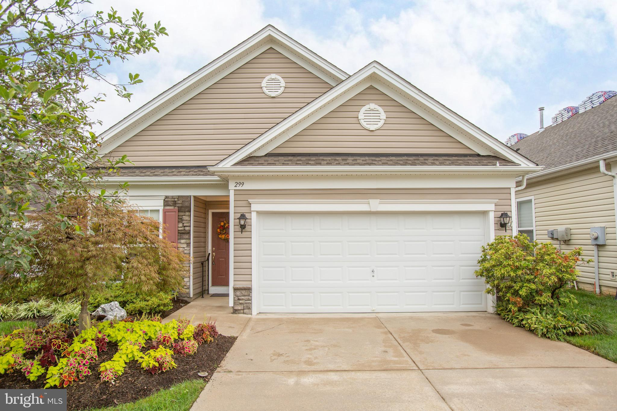 Welcome to Falls Run, one of Stafford county's preferred Active Adult communities. This villa has be
