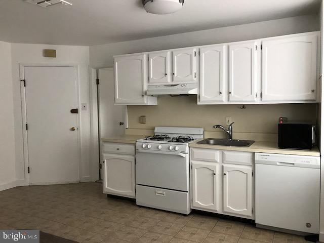 South Street/Queen Village Area.  Small  1 Bedroom, 1 Bath w Central Air with w/d in bathroom., approx. Approx 700 sf.   This 1 Bedroom/1Bath apartment  is located just off South Street. This is a 2nd floor walk up. Only 2 residential  apts in the building. Entrance to residential apartments  is on S. Orianna St .  Conveniently located  to  markets, restaurants, shopping just  steps away,  The new HeadHouse Plaza has an open market every Sunday and other events the neighborhood offers.  Septa Buses at every corner or jump onto major hightways. Apartment has been freshly paintede.  Available Nov 1st or before.