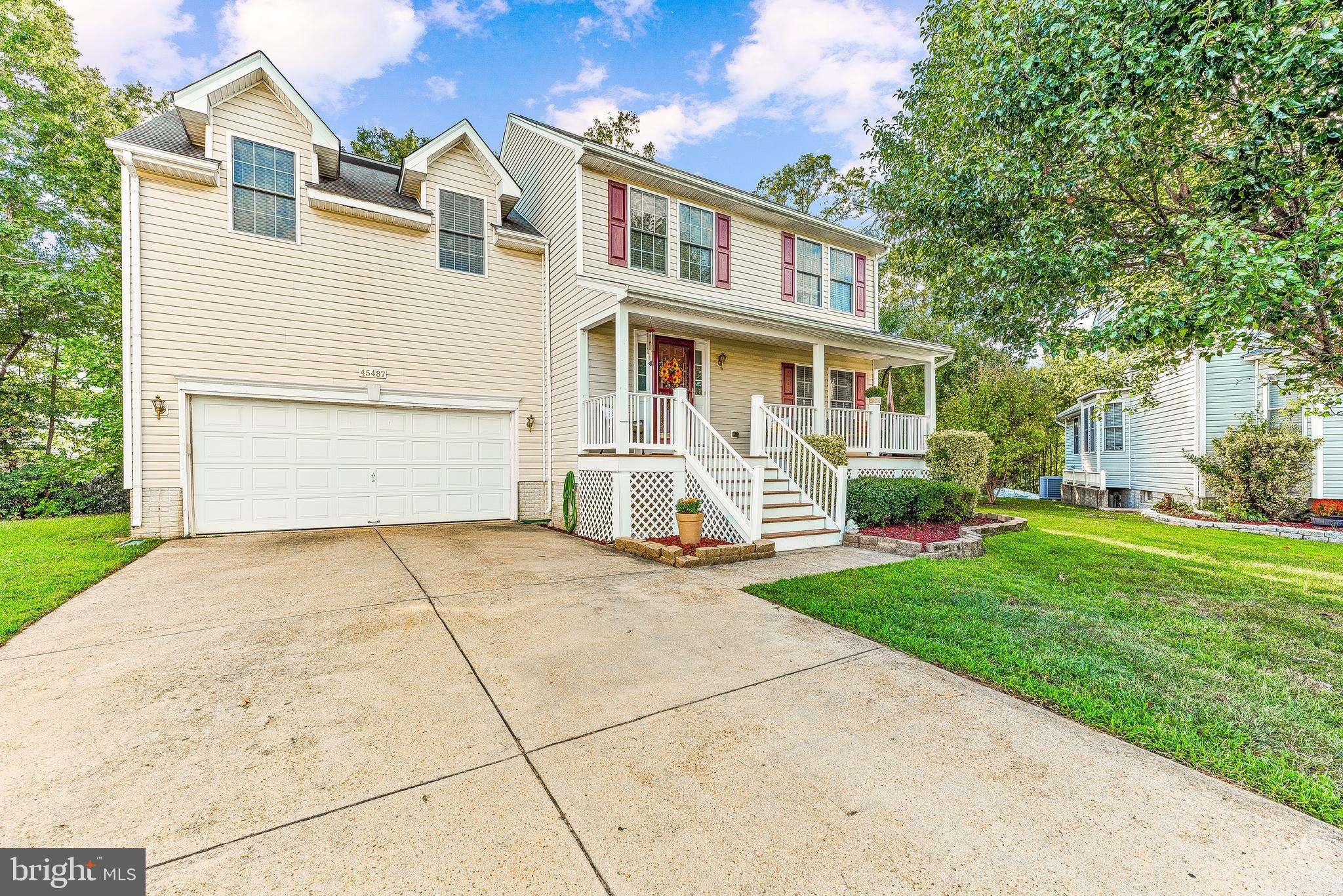 Immaculate! 5 Bedroom 2.5 Bathroom Colonial w/ 2622 Finished SQFT in Hickory Hills! The quiet cul-de