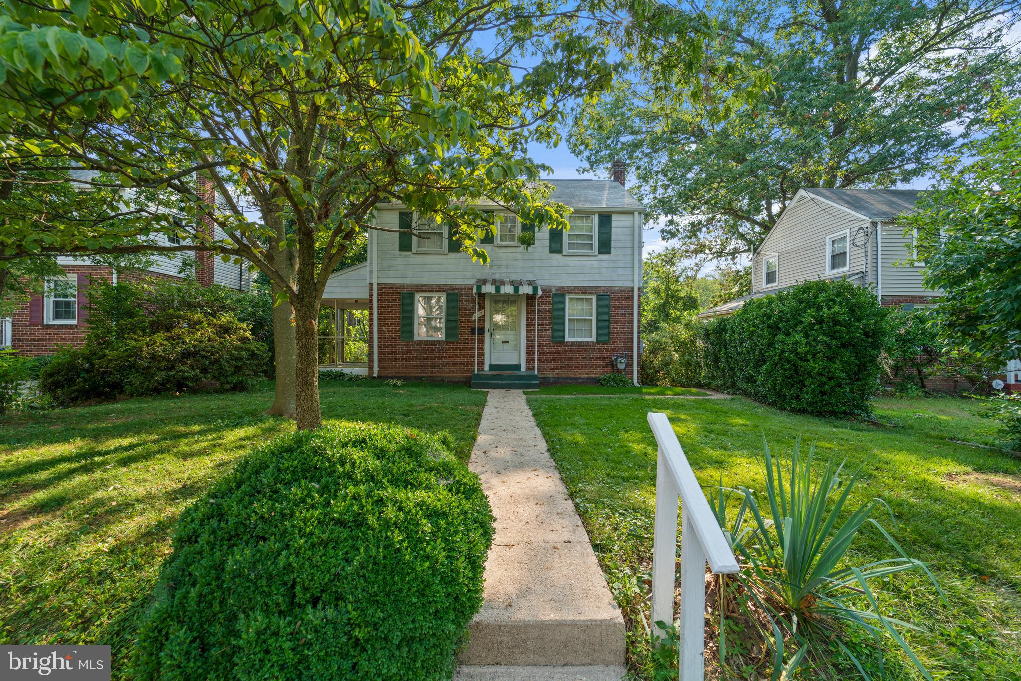 CHARMING SILVER SPRING HOME*LOTS OF CHARACTER AND WELL CARED FOR*SPACIOUS LIVING ROOM*LARGE DIVING R