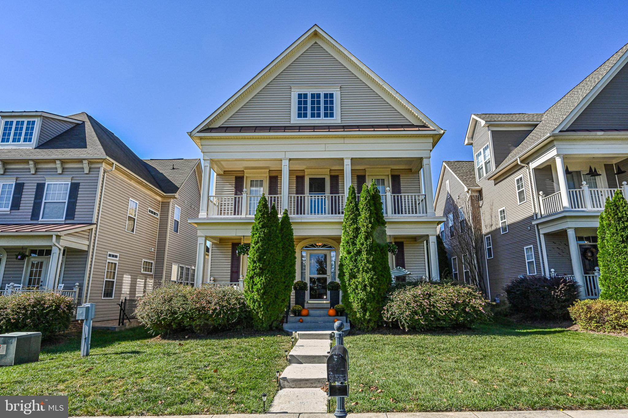 Gorgeous single family home in  Stone Ridge with approximately 3,600 sf.  3 beds and 3.5 baths,  Lar