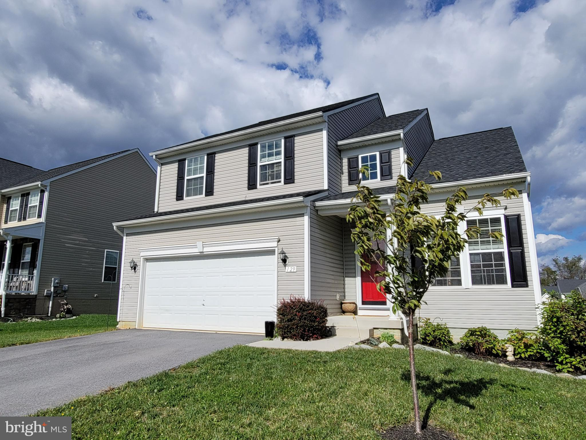 Well maintained  4 bedroom, 3 1/2 bath home is in an excellent location for the commuter.   Main lev