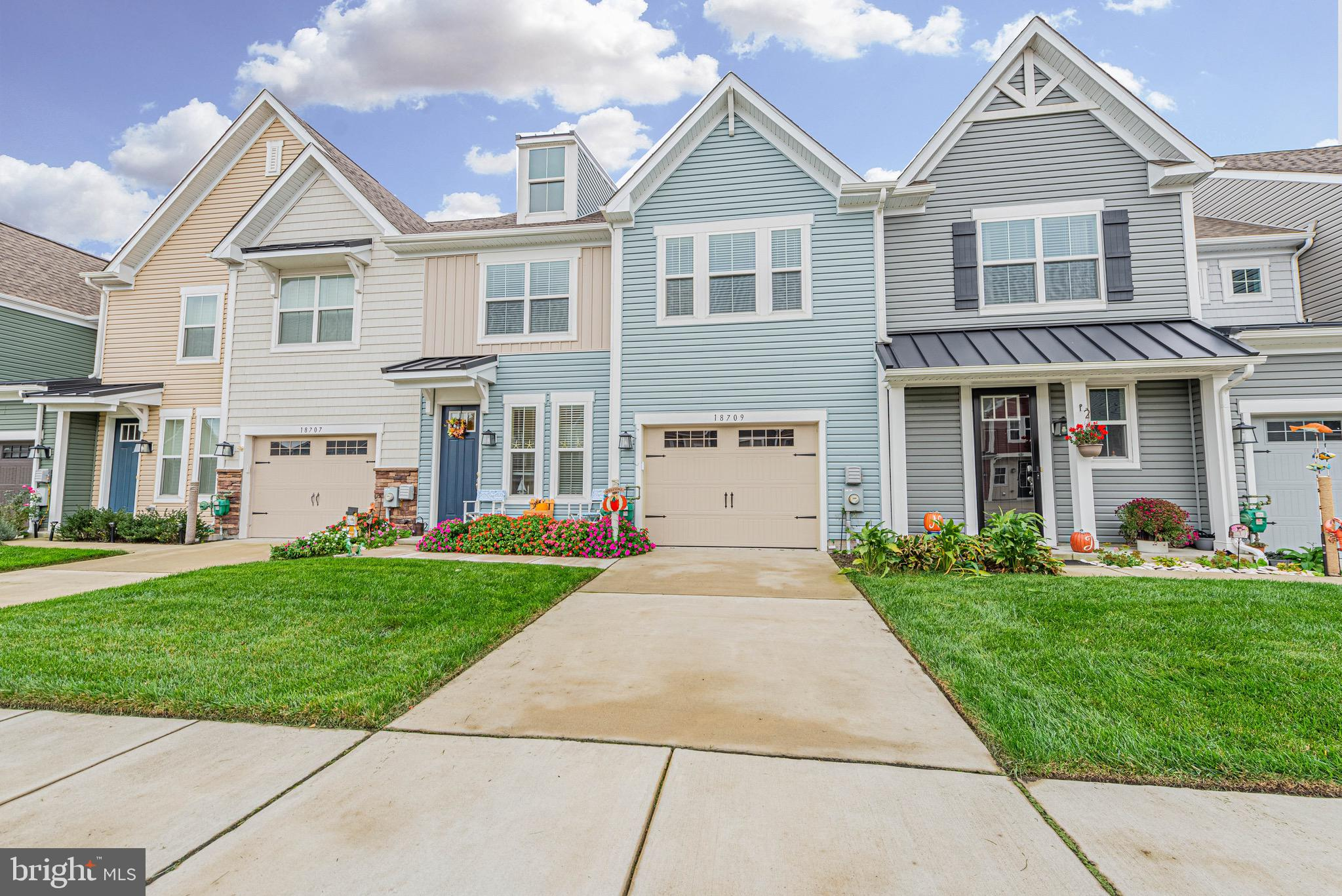 The perfect size townhouse is now available in the wonderful community of Bishop's Landing. This car
