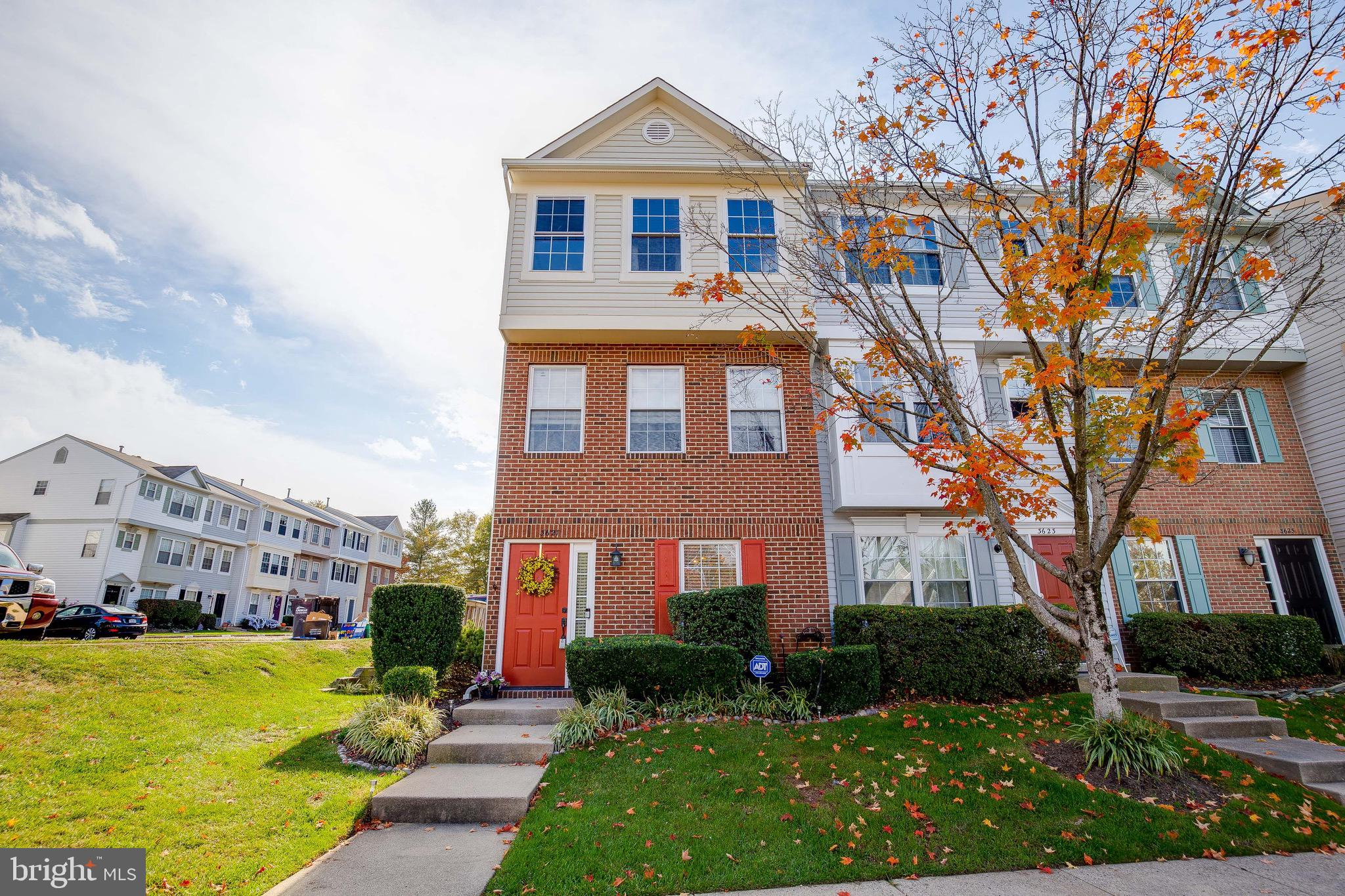 Simply Gorgeous!!!Beautiful 3 Levels End Unit Condo Townhouse in Sherbrook Subdivision. Offers 3 bed