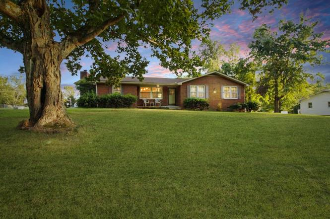Easy drive to schools/ shopping on a corner lot nearby walking trails, Cumberland River & Bicentenni