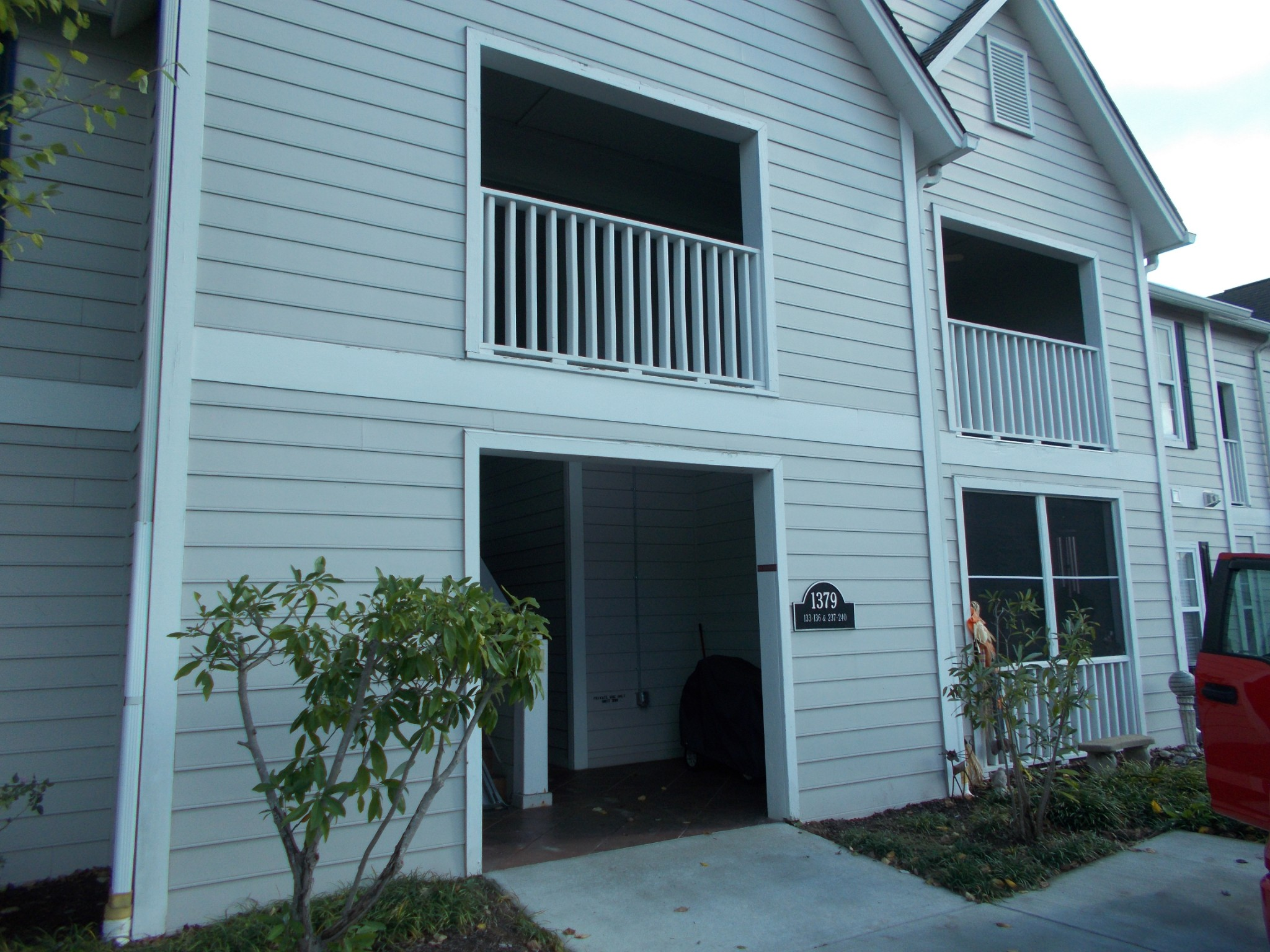 Well maintained condo located in a gated community.  Paint and carpet approx. 1 yr.  One level - Ups