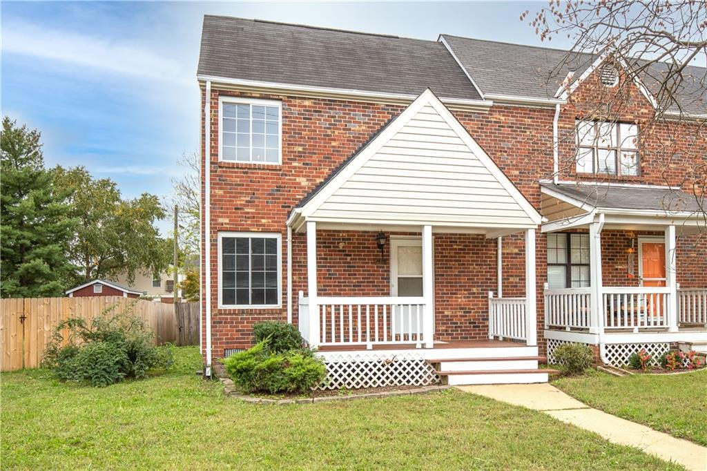 Well maintained end unit in Bethany Place.  The whole house has been newly painted inside.  The down