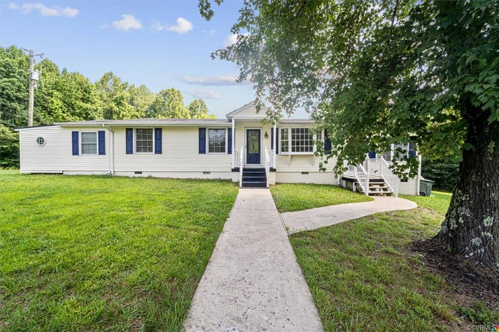 Welcome to your new home!  2 nice size bedrooms and 2.5 bathrooms all on a 1 acre lot. This is a mus