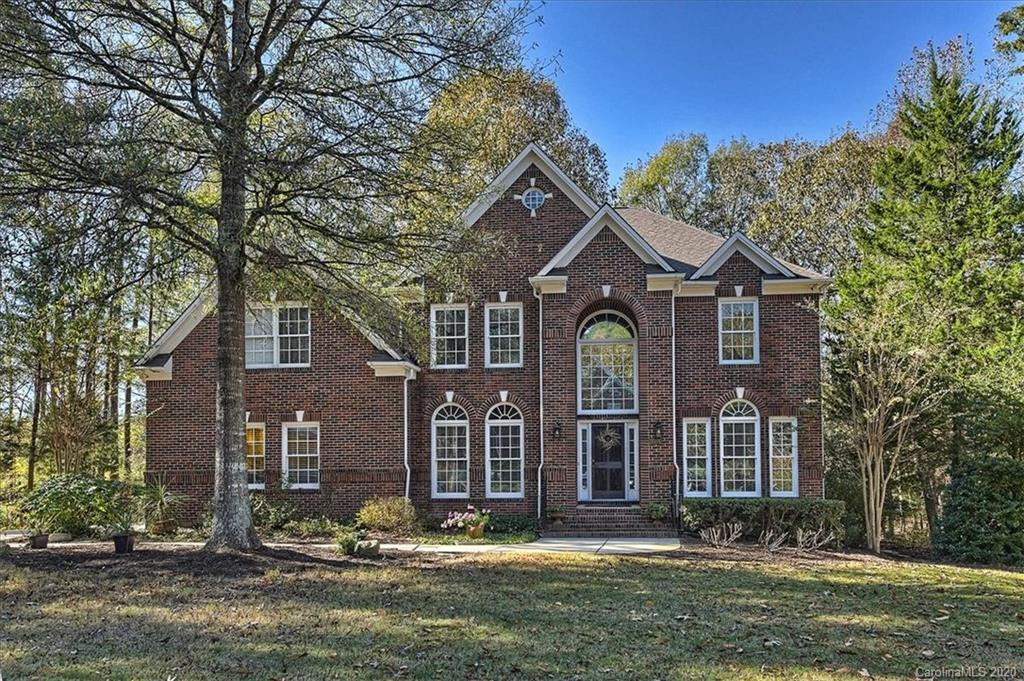 This lovely residence at Bexley at Ballantyne offers an open floor plan with 10' ceilings and attent