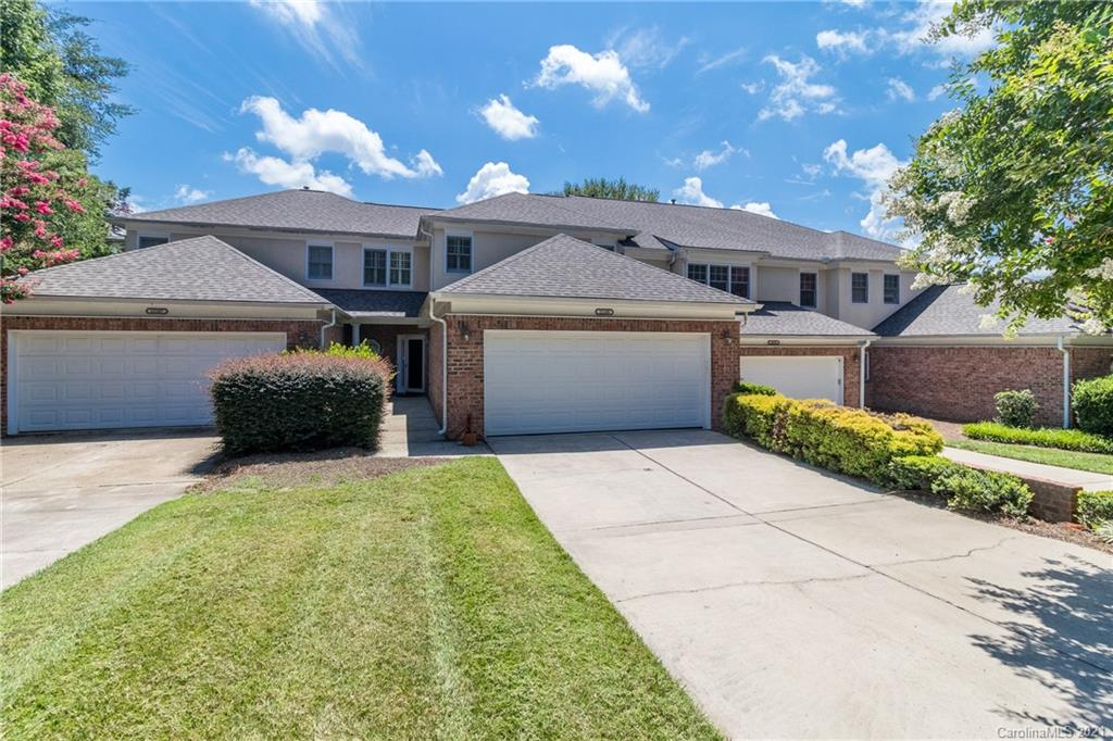 RARELY ON THE MARKET -- spacious master on main in Villas at Ballantyne Trace. Live next to Stonecre