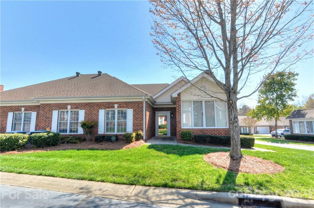Move in ready condo in the highly desirable Windsor Oaks community. This is a rare find in the Balla