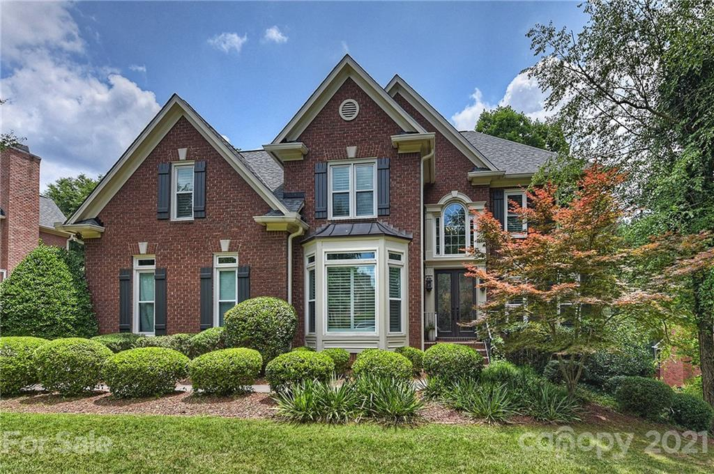 Great Opportunity in Piper Glen- Updates Galore and Walk-out Basement. NEW Custom Kitchen offer expa