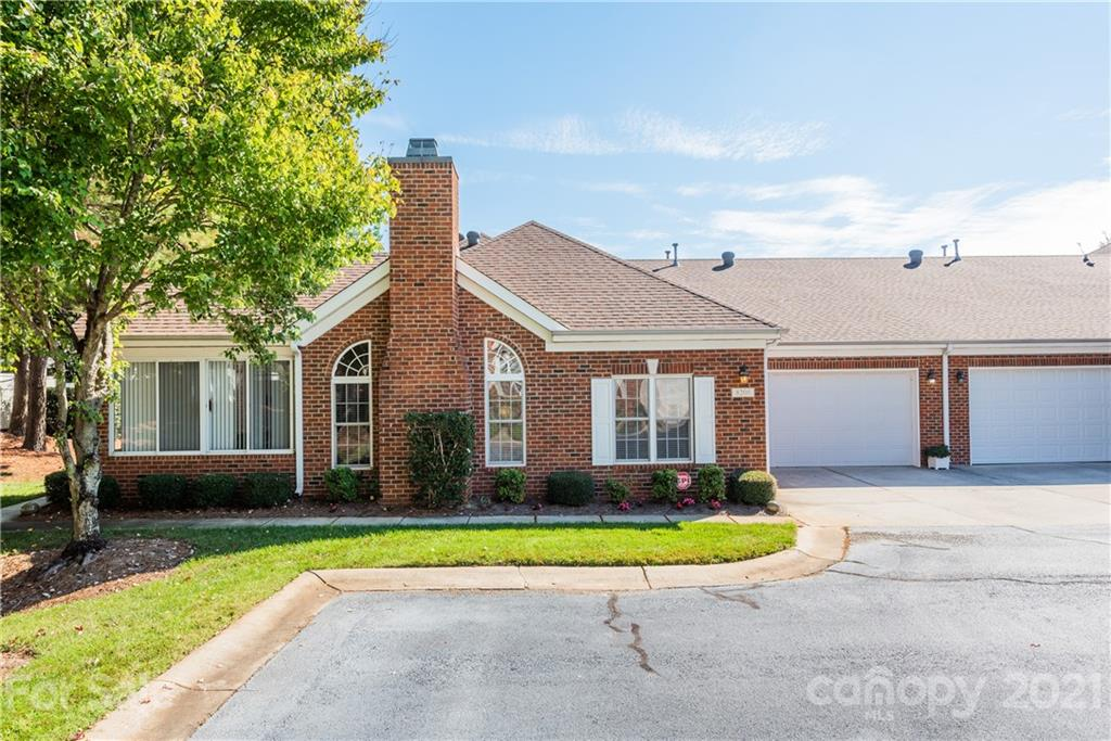 One level living in Ballantyne between Stonecrest & Blakeney! Active condo community with awesome am