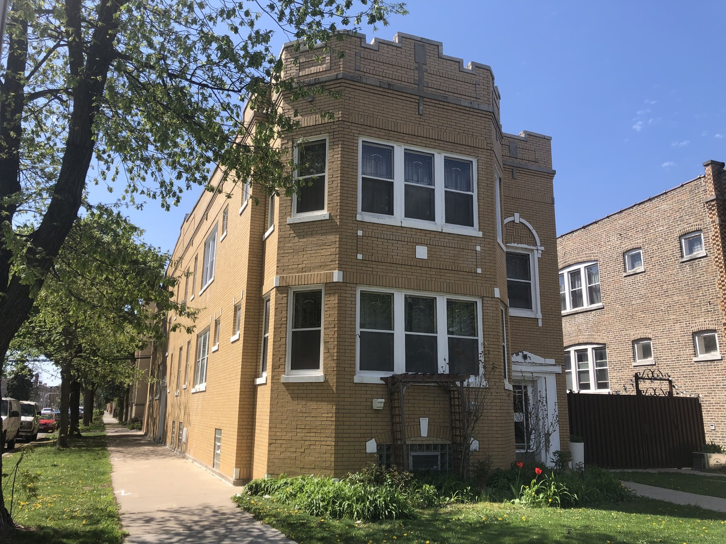 BELMONT CRAGIN. Great opportunity to buy a 4 unit brick building plus 2 non-conforming related-livin