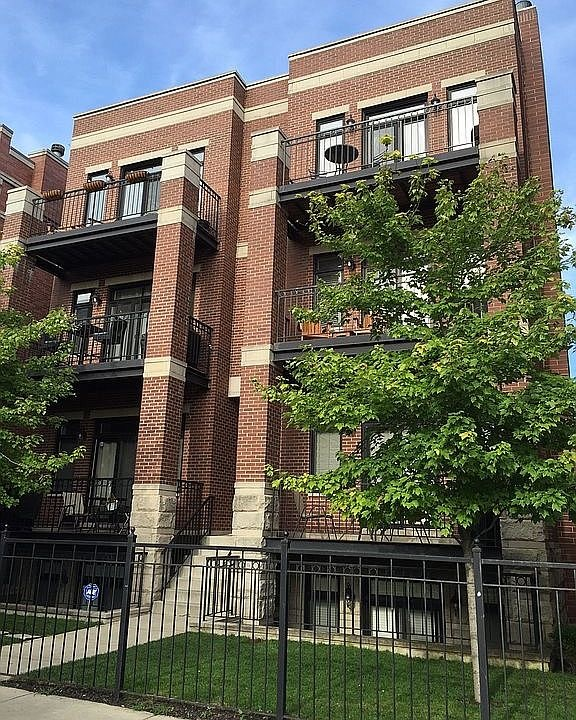Welcome home to your 2 bed, 2 bath condo in a prime Lincoln Park location! Home features an ideal la