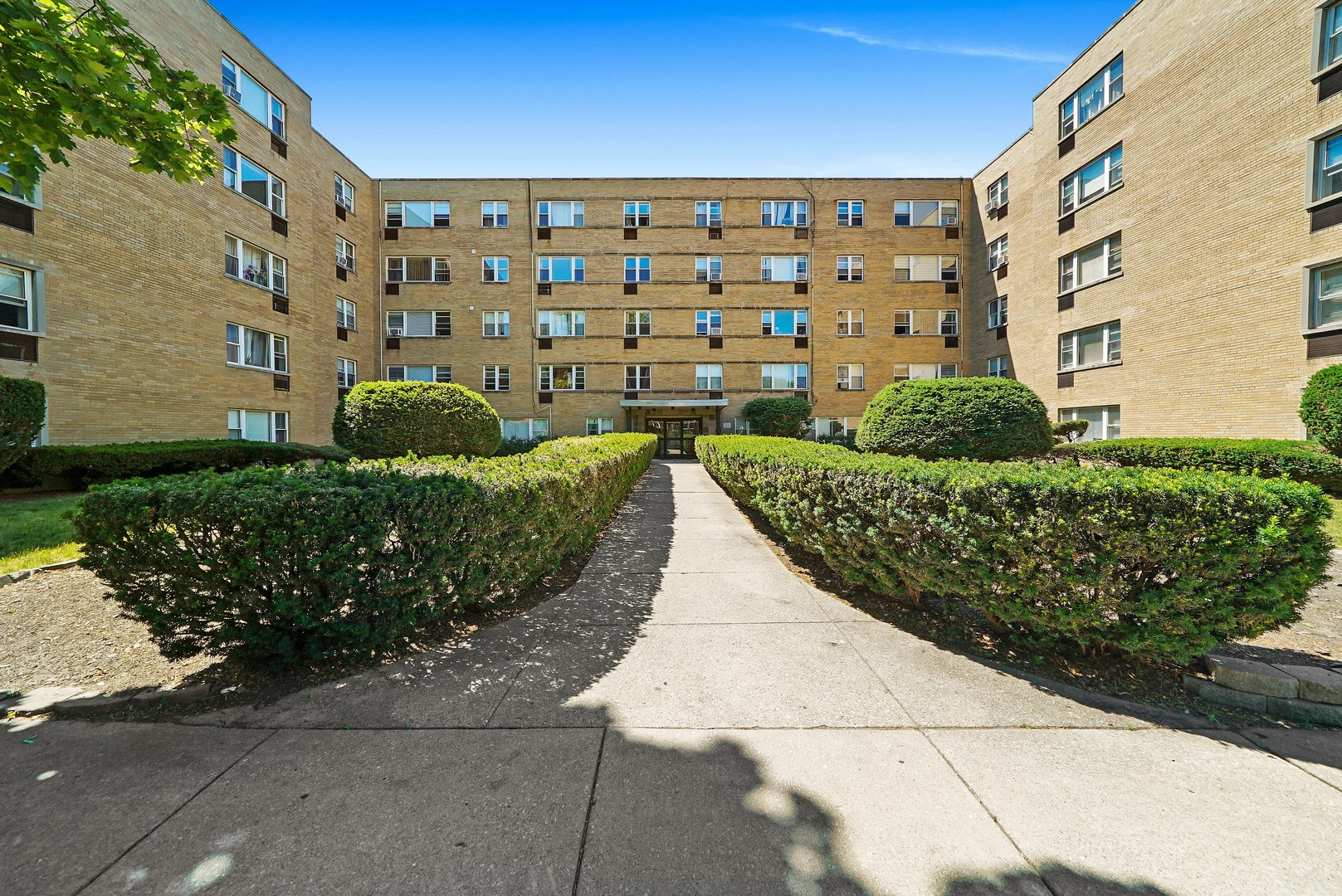 Welcome to West Rogers Park and take a look at this move-in ready, 2 Bedroom, 1 Bath condo.  This 4t