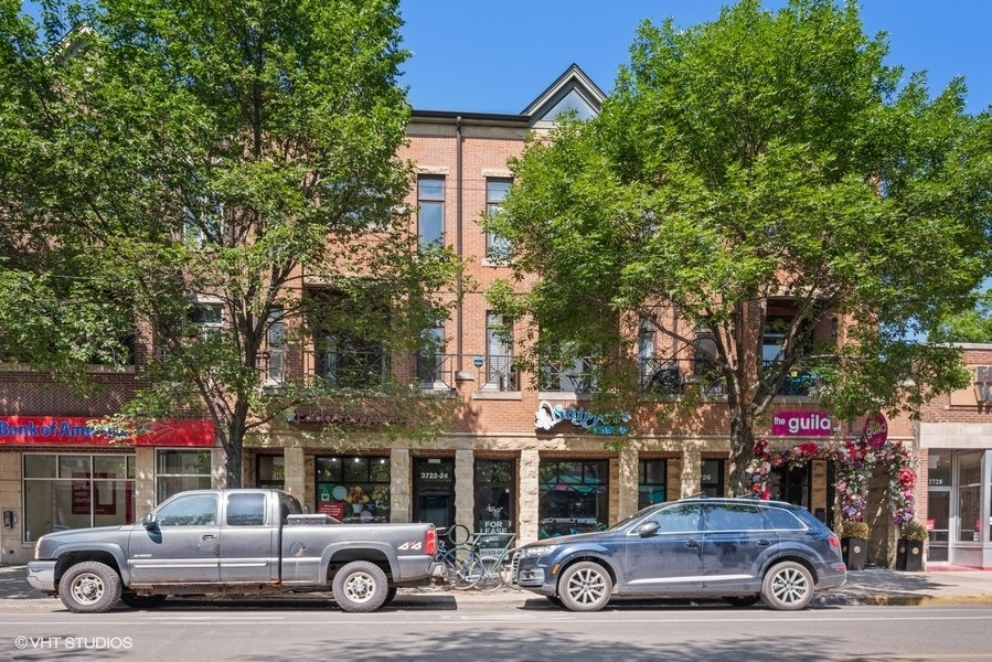 Southport corridor penthouse duplex up in Blaine School!  This large penthouse duplex up has three o