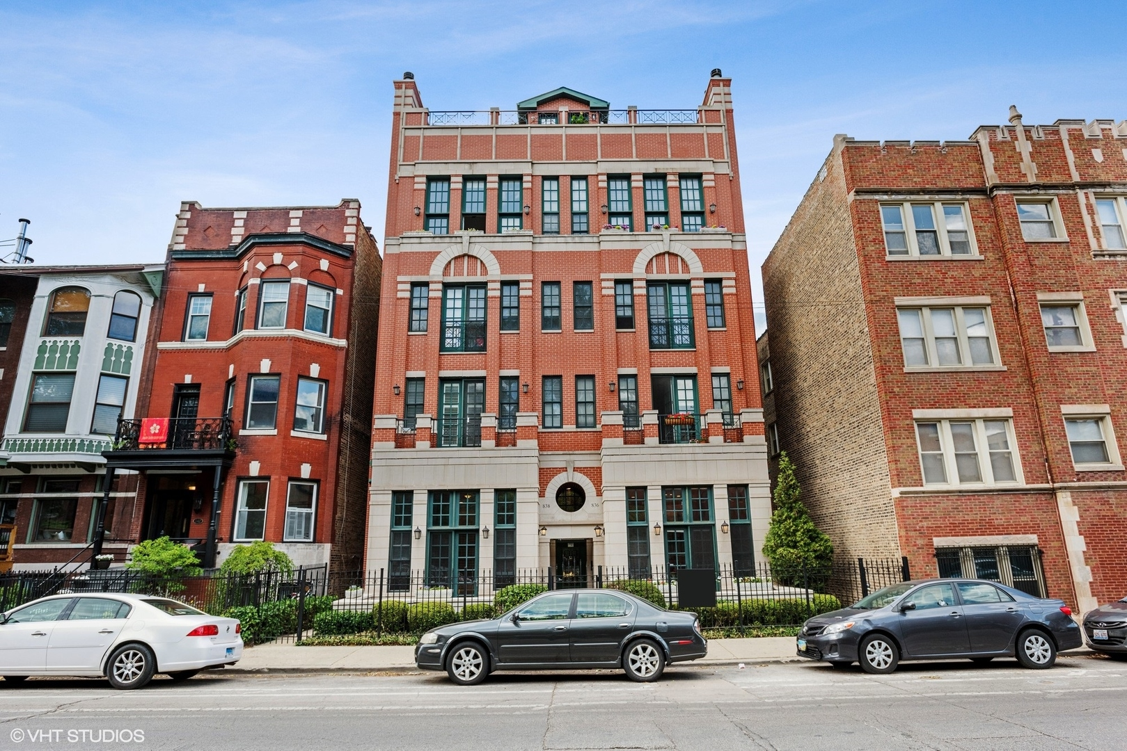 Expansive 3,000 sq ft 3 bed, 3 bath condo in Lincoln Park! Unique multi-level floor plan with tons o