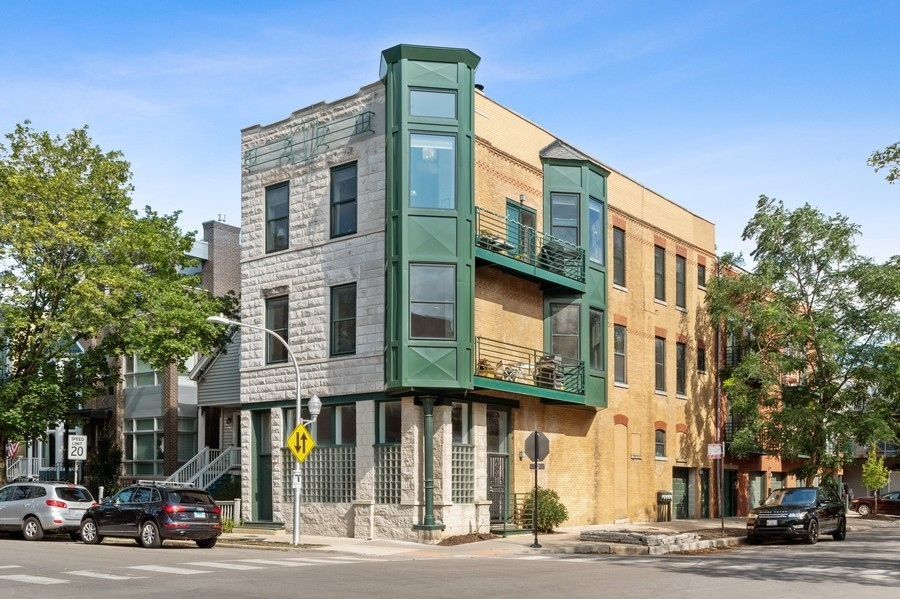 Sun-drenched, renovated 3 bed/2 bath corner unit with south and eastern exposure in amazing Southpor
