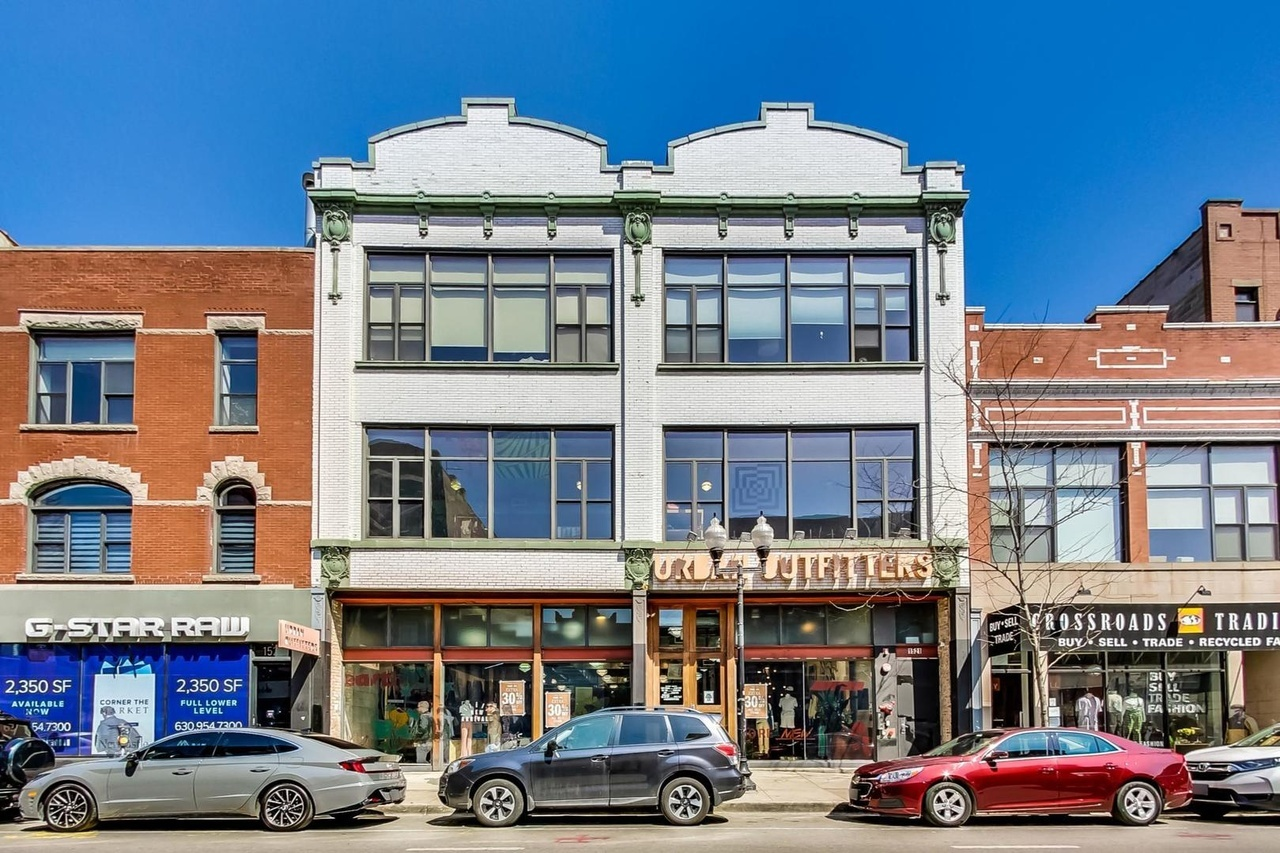 This Wicker Park/Bucktown unique top-floor loft is in the heart of it all, with a gorgeous recently