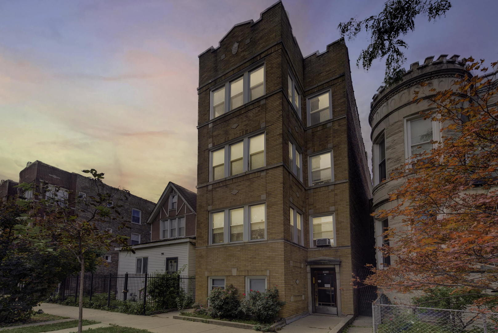This massive 4 Unit Building in North Lawndale has an awesome floorplan and location.  Just steps fr