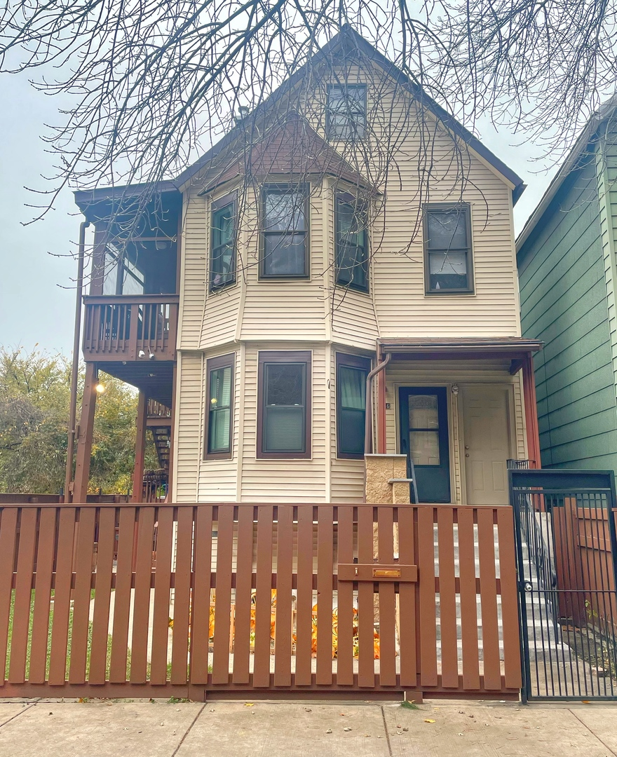 Great investment opportunity in Canaryville neighborhood.  Four 1 bed, 1 bath units all currently le